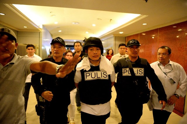 SUSPECT. Police officer Ricky Sta Isabel (C), one of the suspects in the kidnapping and murder of South Korean businessman Jee Ick Joo, is escorted by fellow policemen as they leave the National Bureau of Investigation building in Manila on January 20, 2016. Photo by Noel Celis/AFP