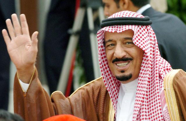 RAJA SALMAN. Foto pada tanggal 21 Mei 2014 ketika Pangeran Salman bin Abdulaziz Al-Saud masih menjabat sebagai Gubernur Riyadh, melambaikan tangan ketika tiba di Bandara Barajas, Madrid, Spanyol. Foto oleh Jose Huesca/EPA