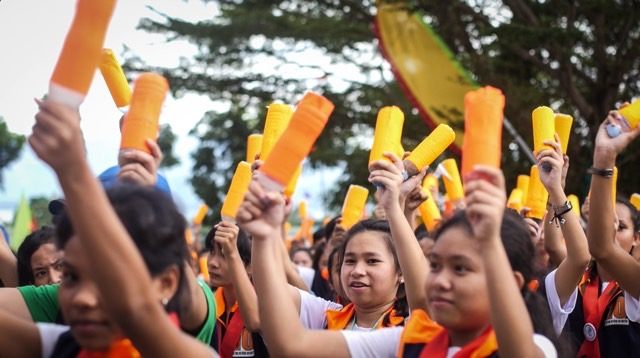 MAKE NOISE. Delegates from Region X enter with a bang at the opening of the National Schools Press Conference 2017. Photo by Vina Salazar/Rappler