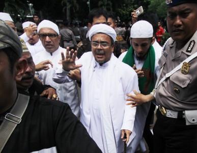 Habib Rizieq Shihab (tengah) tiba di Polda Metro Jaya, Jakarta, Senin (23/1). Foto oleh Reno Esnir/ANTARA
