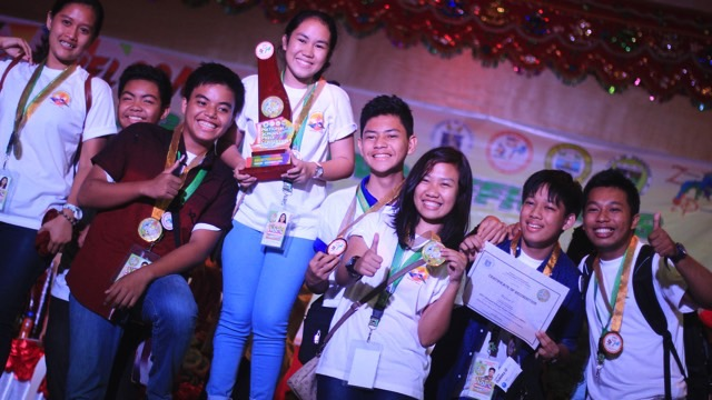 TOP PRIZE. Students from Region 5 - Catanduanes National High School enjoy their first place win for the English Online Publishing contest at NSPC. Photo by Carl Don Berwin/Rappler