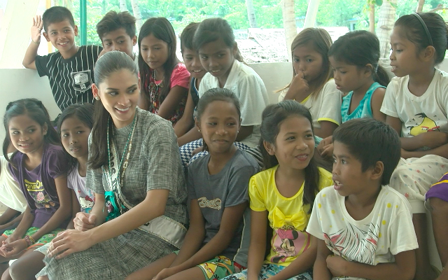 EMPOWERMENT. Miss Universe 2015 Pia Wurtzbach shares a light moment with Tagbanua kids from Malawig. Photo by Jeff Digma/ Rappler