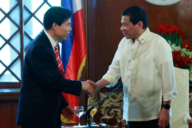 FRIENDLY TIES. Philippine President Rodrigo Duterte welcomes Chinese Commerce Minister Zhong Shan during a courtesy call at Malacañang Palace on March 7, 2017. Photo by Rolando Mailo/Presidential Photo