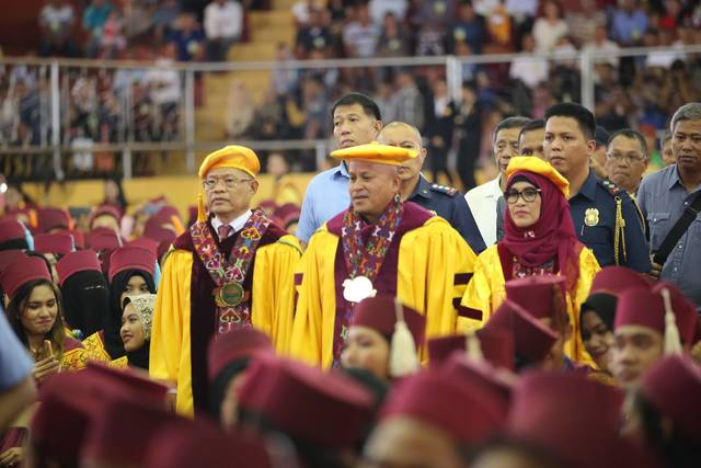MAUTE GROUP TRY? PNP chief Ronald dela Rosa is flanked by MSU officials and his security team during the university's commencement ceremony late January 2017. File photo courtesy of PNP PIO